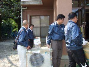 エアコン機材を施設へ搬入