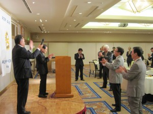 島田会員の音頭による「三本締め」で閉会