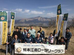 広大な阿蘇山をバックに記念写真