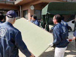 畳を運ぶ、伊牟田会長、後藤会員、増永(諭)幹事