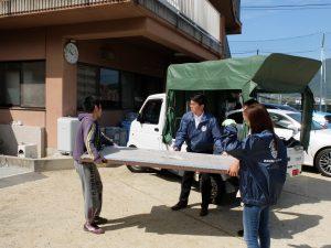 畳を運ぶ、子供達と本田会員、吉野新会員