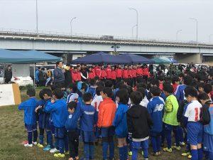 開会式にて子ども達を前に挨拶をする田中会長
