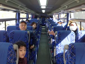 出発前バスの中