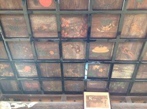 本堂の天井に奉納の絵