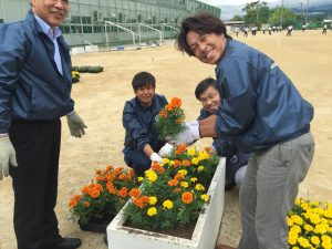 暑い中笑顔で花植え