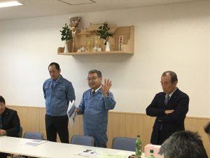 堤代表取締役社長(左)と工藤常務(中央)